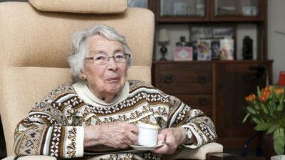 Oudere mevrouw aan de koffie