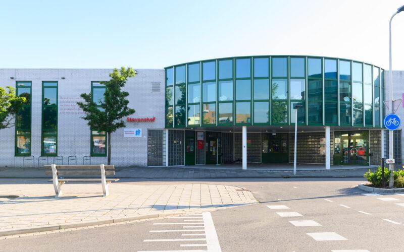 Het gebouw en ingang van buurthuis Gebouw Stevenshof