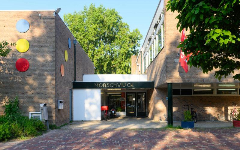 Plein en entre van het buurthuis, Gebouw Morschwijck
