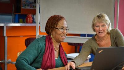 Een professional van Incluzio Leiden in gesprek met vrijwilliger.