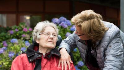 Mantelzorger op stap met oudere dame