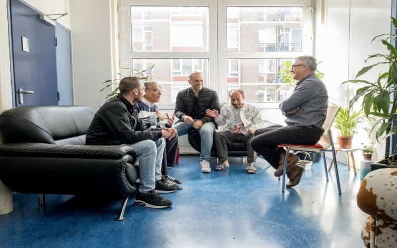 Groep mannen met elkaar aan het praten