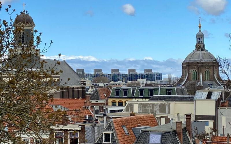 Uitzicht over de daken van Leiden